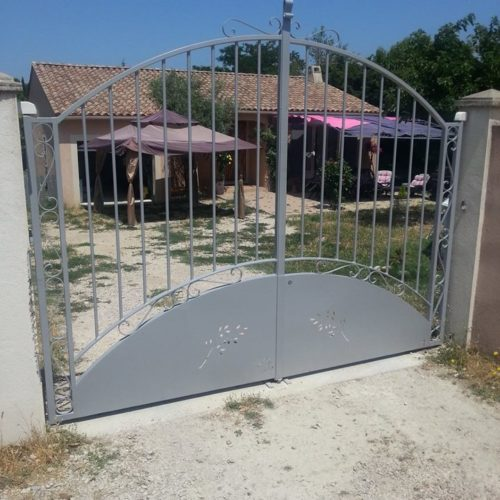 portail en fer forgé gris par Ferronnerie Martinelli