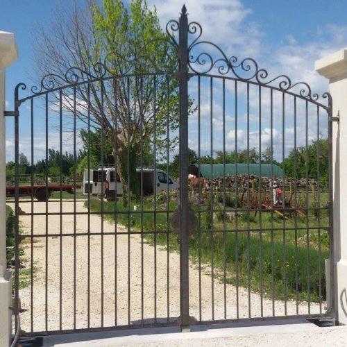 Portail en fer personnalisé par Martinelli ferronnier à Althen les Paluds, Vaucluse.